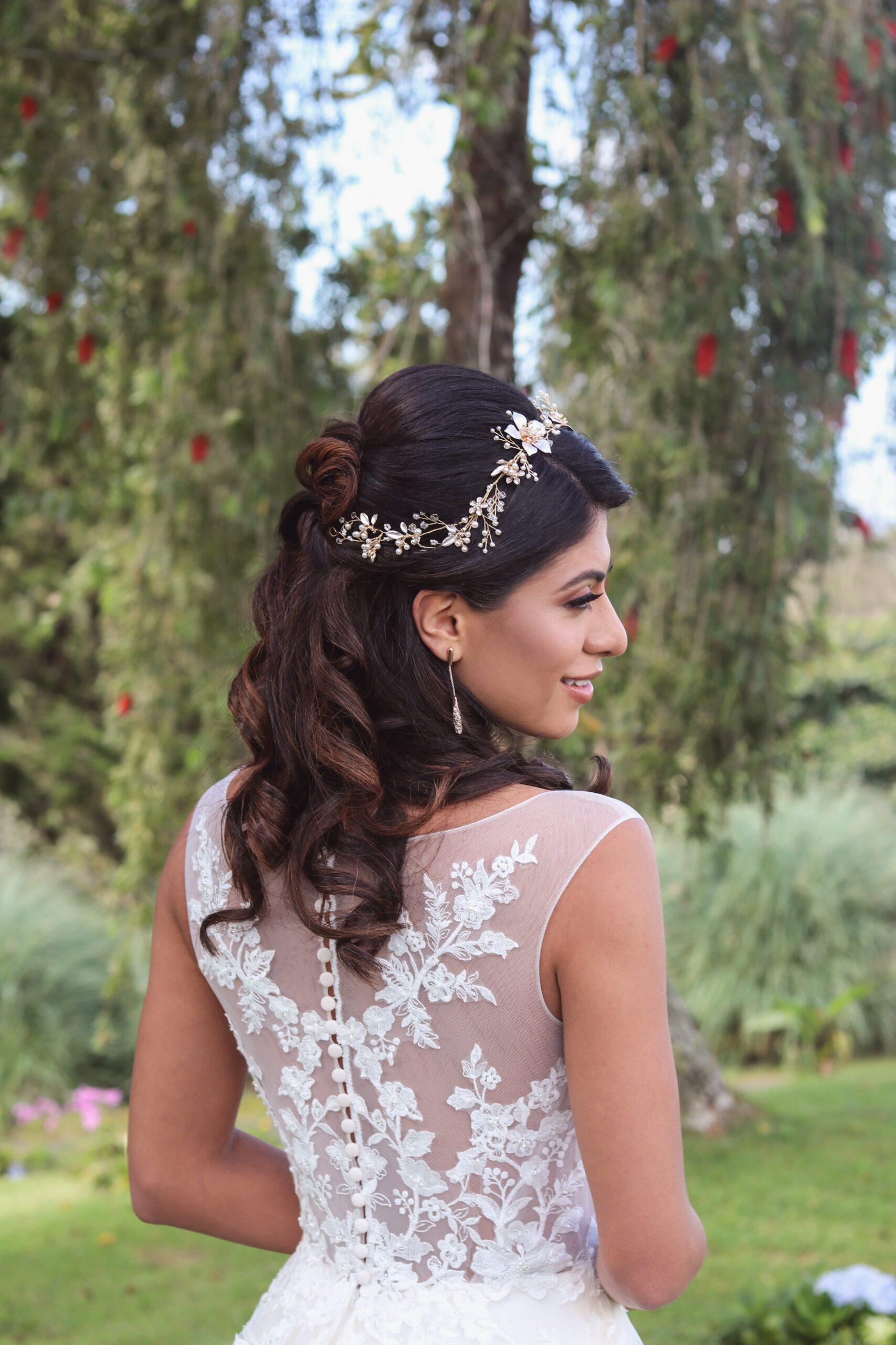 Chica en jardin con vestido de novia blanco tipo princesa
