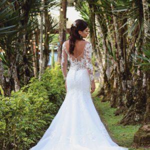 Chica guapa con vestido de novia sirena